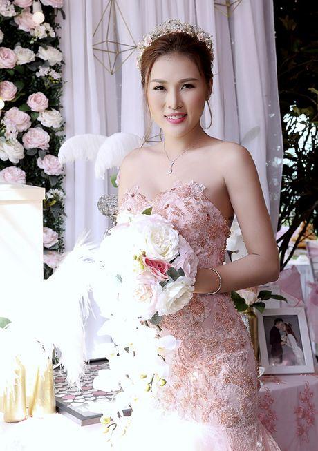 Dien vien Thien Bao hon vo kem 16 tuoi trong le vu quy - Anh 6