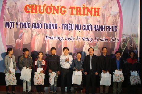 Quang Tri: Mot y thuc giao thong, trieu nu cuoi hanh phuc - Anh 2