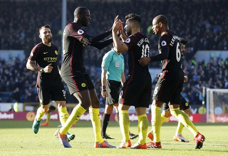 Burnley 1-2 Man City: Aguero lap cu dup, Man City tam soan ngoi dau bang cua Chelsea - Anh 2