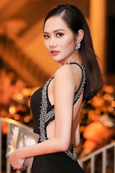 A hau Ha Thu - Dieu Linh tai xuat tren tham do voi phong cach goi cam - Anh 3