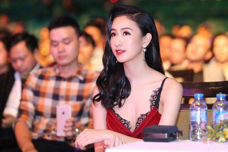 A hau Ha Thu - Dieu Linh tai xuat tren tham do voi phong cach goi cam - Anh 7