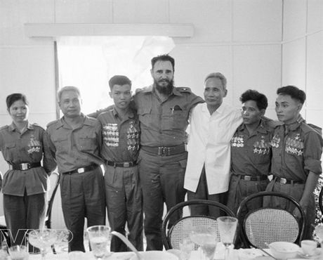 Hinh anh Fidel Castro ben Viet Nam nhung nam thang chien tranh - Anh 6