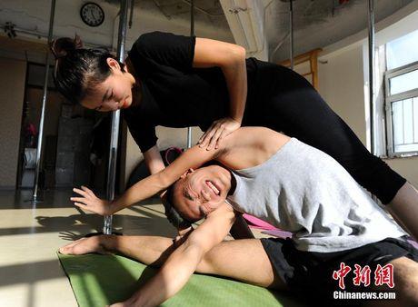 TQ: Chang trai 'chuan men' gay tranh cai khi mua cot - Anh 4