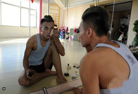TQ: Chang trai 'chuan men' gay tranh cai khi mua cot - Anh 8