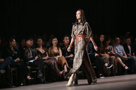 Jolie Nguyen xe khoet toi hong, do sac cung dan my nhan Viet - Anh 16