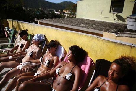 Soc voi mot bikini bang dinh be xiu cua chi em Brazil - Anh 4