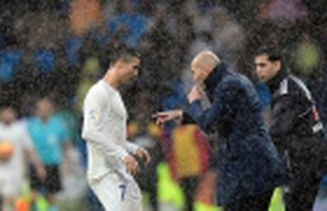 Zinedine Zidane: Thiet dau cong va han bang chan khi - Anh 4