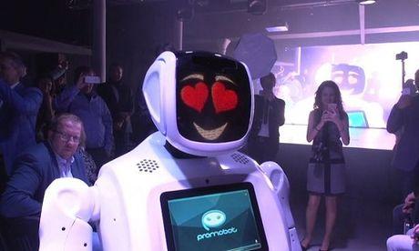 Robot Nga doi huong tren san dien de 'tan tinh' nguoi mau - Anh 1
