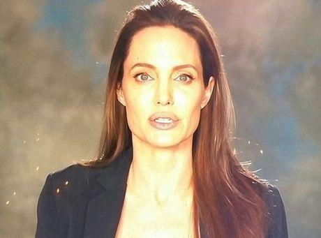 Angela Jolie hut thuoc la thay com, than hinh ngay cang tieu tuy dang so - Anh 3