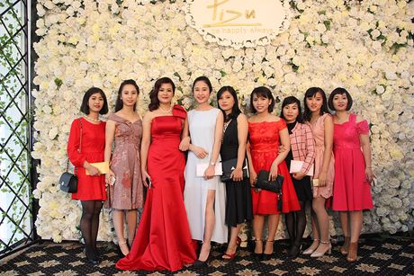 A hau Hoang Anh, ca si Uyen Linh bat mi cach cham soc da sang khoe - Anh 1