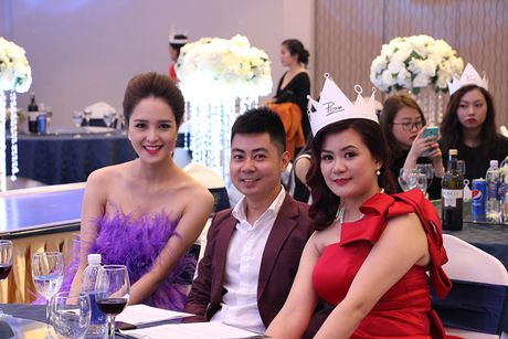 A hau Hoang Anh, ca si Uyen Linh bat mi cach cham soc da sang khoe - Anh 8