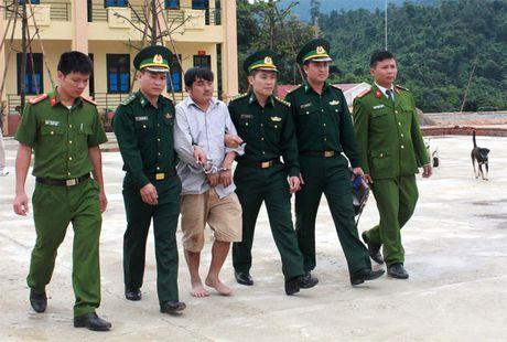 Hai thanh nien Lao vao Viet Nam cung 60 banh can sa - Anh 2
