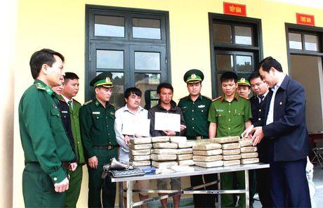 Hai thanh nien Lao vao Viet Nam cung 60 banh can sa - Anh 3