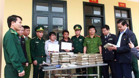 Bat 2 doi tuong nguoi Lao van chuyen 60kg can sa - Anh 1