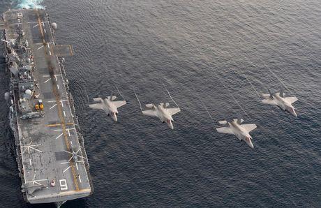 Tau do bo America cung 12 tiem kich F-35B thao dien tren bien - Anh 3