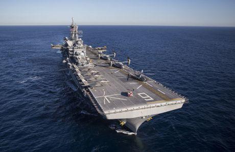 Tau do bo America cung 12 tiem kich F-35B thao dien tren bien - Anh 4