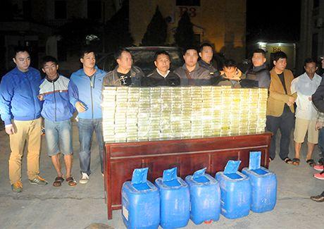 Oto cho 300 banh heroin dam thang vao xe canh sat de tau thoat - Anh 1
