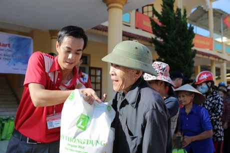 Lotte Mart trao 600 phan qua cuu tro dong bao mien Trung - Anh 1