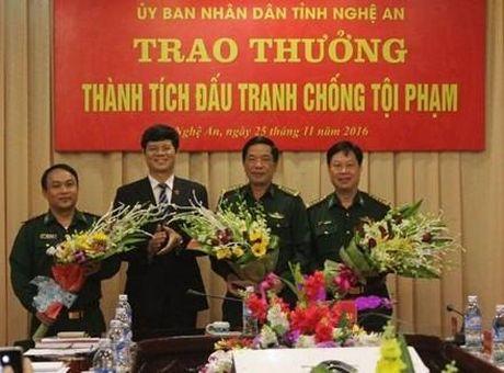 Trao thuong 110 trieu dong cho Ban chuyen an trong vu thu giu 69 banh ma tuy - Anh 1