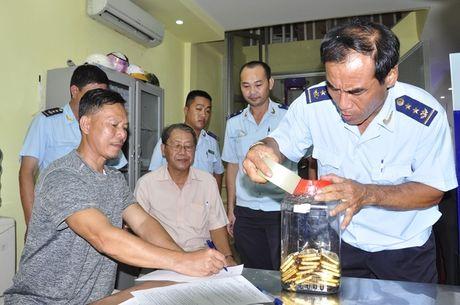 An Giang: Bat vu van chuyen 18 kg vang trai phep qua bien gioi - Anh 1