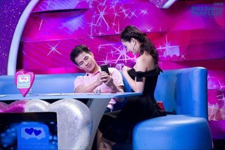 Bieu cam ba dao cua Xuan Bac khi cac my nhan mac sexy - Anh 12