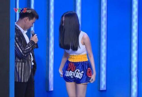 Bieu cam ba dao cua Xuan Bac khi cac my nhan mac sexy - Anh 2