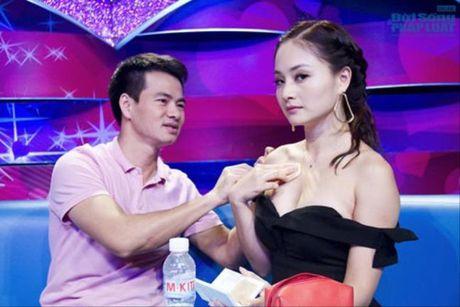 Bieu cam ba dao cua Xuan Bac khi cac my nhan mac sexy - Anh 7