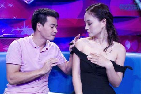Bieu cam ba dao cua Xuan Bac khi cac my nhan mac sexy - Anh 9