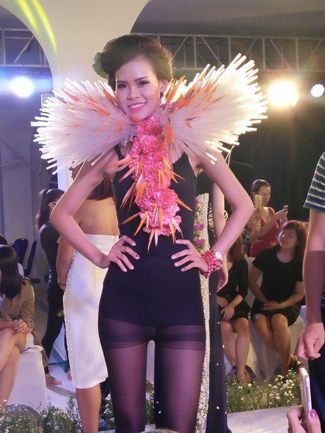 Choang ngop boi nhung bo trang phuc lam tu hoa va vat lieu kho - Anh 7