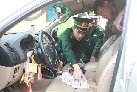 Bat khan cap hai doi tuong van chuyen 60 kg can sa - Anh 1