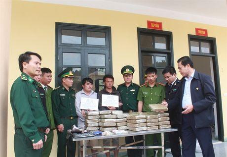 Bat khan cap hai doi tuong van chuyen 60 kg can sa - Anh 2