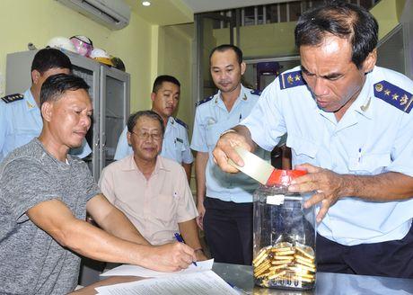 Nguoi dan ong Campuchia mang 45 kg vang qua cua khau - Anh 1