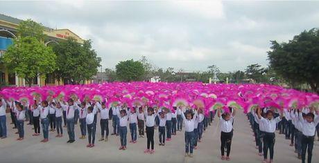 Hon 500 hoc sinh Thai Binh mua cheo tai san truong - Anh 1