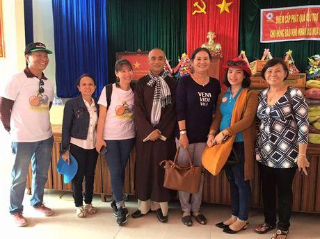 Doan tu thien Chua Tam Thanh trao 1.600 phan qua cho cac ho ngheo mien Trung - Anh 1