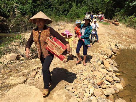 Doan tu thien Chua Tam Thanh trao 1.600 phan qua cho cac ho ngheo mien Trung - Anh 4