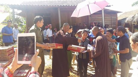 Doan tu thien Chua Tam Thanh trao 1.600 phan qua cho cac ho ngheo mien Trung - Anh 6
