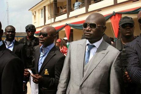 Dai gia dau mo Nigeria dung sung vang ban tien la ta - Anh 1