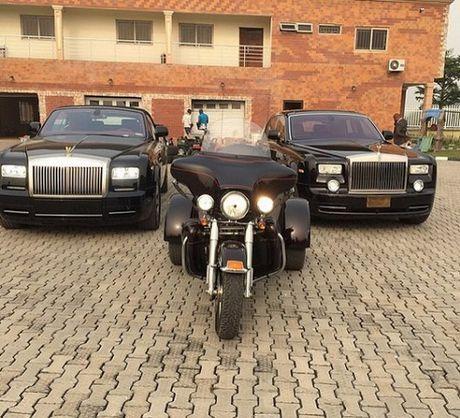 Dai gia dau mo Nigeria dung sung vang ban tien la ta - Anh 3