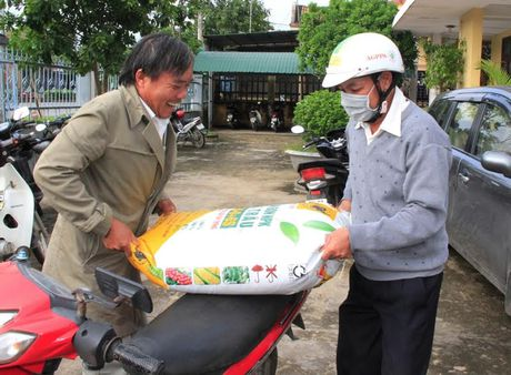 Quang Tri: Nguoi dan vung lu phan khoi nhan qua tu Cong ty phan bon Binh Dien - Anh 3