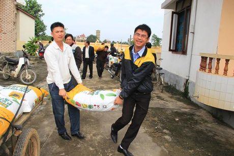 Quang Tri: Nguoi dan vung lu phan khoi nhan qua tu Cong ty phan bon Binh Dien - Anh 4