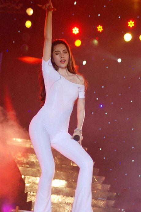 Thuy Tien mac sexy dien boc lua khien Cong Vinh rao ruc o xu nguoi - Anh 12