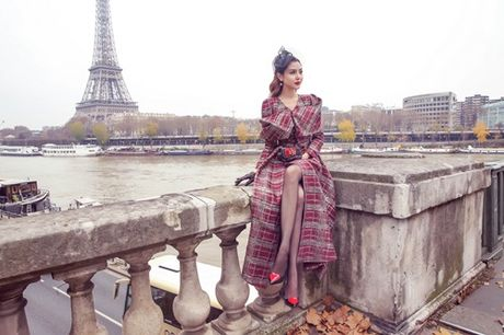 Ngoc Duyen khoe chan thang tap giua Paris - Anh 3