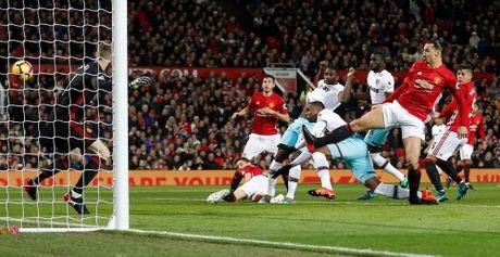 Mourinho lai len khan dai ngoi nhin Manchester United danh roi 2 diem - Anh 2