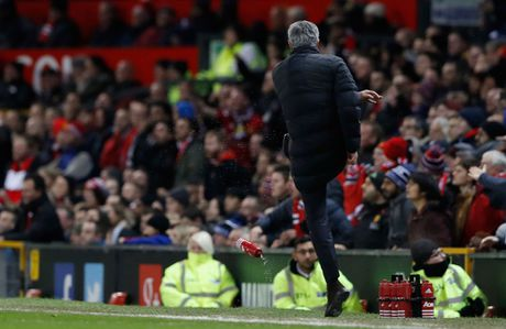 Mourinho lai len khan dai ngoi nhin Manchester United danh roi 2 diem - Anh 8