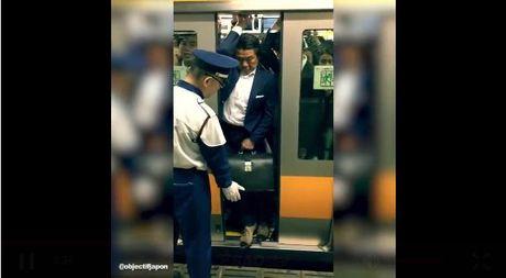 Canh nhoi nhet tren tau dien ngam o Nhat Ban 'gay bao' - Anh 2