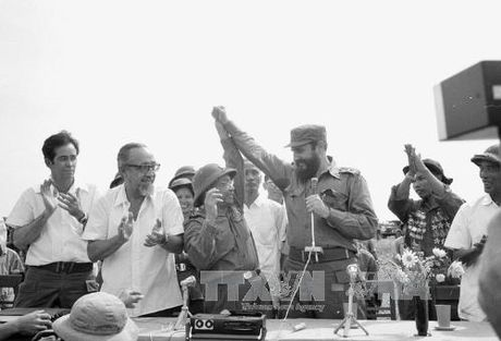 Chuyen tham lich su cua lanh tu Cuba Fidel Castro toi Quang Tri 1973 - Anh 1