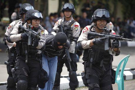 Indonesia tom them 2 ke am muu danh bom thu do - Anh 1
