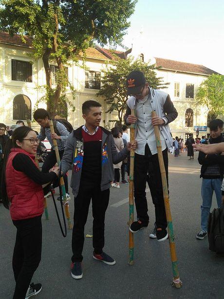 Nguoi dan Thu Do xuc dong tro ve tuoi tho tren pho di bo Ho Guom - Anh 12