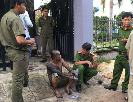 Nguoi dan ong 'co thu' trong nha roi cham lua dot - Anh 3