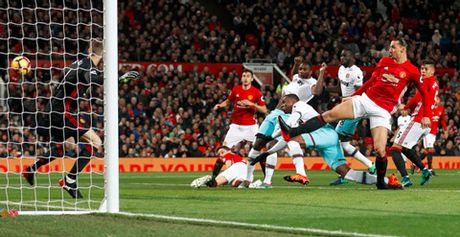 Bi West Ham cam hoa, M.U xa dan Top 4 - Anh 2